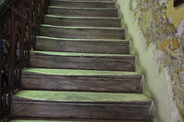 Лестница в очень старом доме