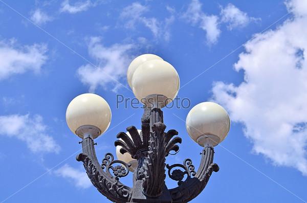 Уличный фонарь на фоне голубого неба