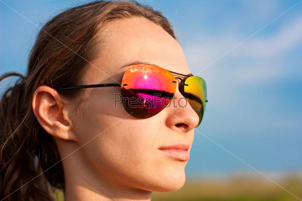 Портрет девушки в солнцезащитных очках на открытом воздухе