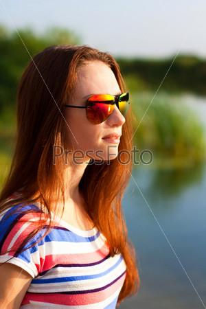 Фотография на тему Портрет девушки в солнцезащитных очках на свежем воздухе