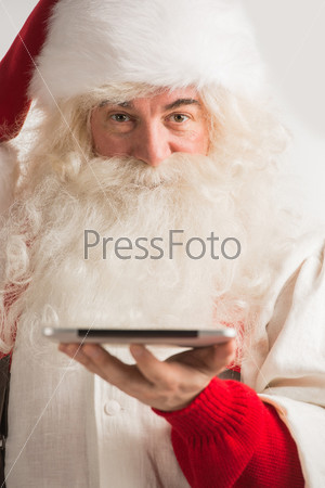 Санта-Клаус работает на планшетном компьютере