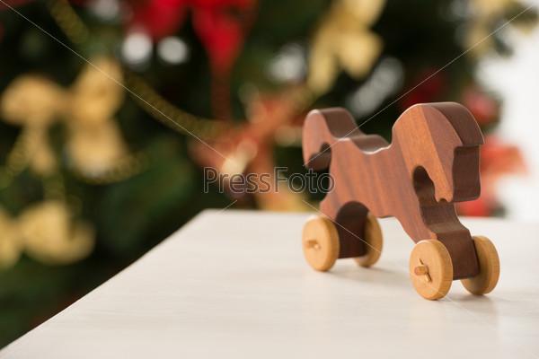 Фотография на тему Старинная деревянная лошадь на столе Санта-Клауса