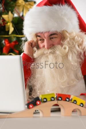 Фотография на тему Санта-Клаус с ноутбуком