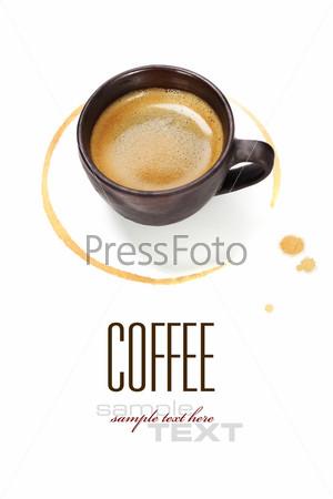 Чашка кофе с кофейным пятном