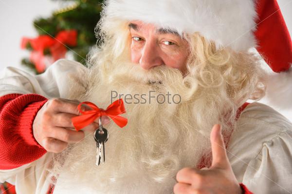 Санта-Клаус с ключами. Новый год. Новый дом