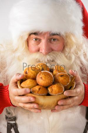 Счастливый Санта-Клаус ест печенье