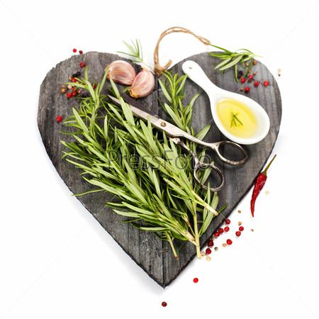 Свежие специи на разделочной доске в форме сердца