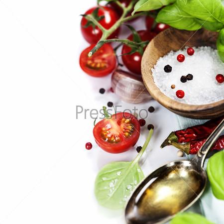 Свежие помидоры, оливковое масло и базилик