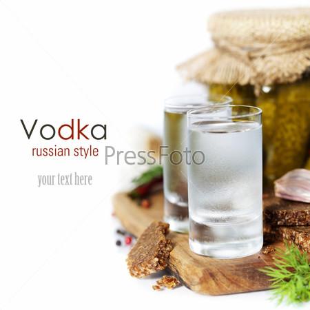 Русская водка, традиционный черный хлеб и маринованные огурцы