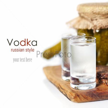 Русская водка с традиционным черным хлебом и маринованными огурцами