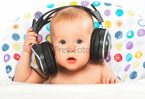 Счастливый ребенок с наушниками слушает музыку