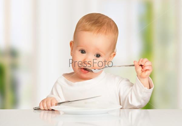 Фотография на тему Смешной ребенок с ножом и вилкой
