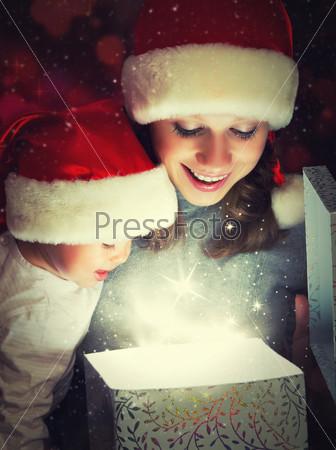 Фотография на тему Рождественский волшебный подарок и счастлиые мать и ребенок