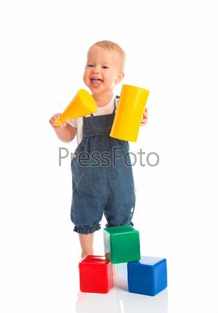 Фотография на тему Счастливый ребенок играет с блоки кубиками, изолированный на белом
