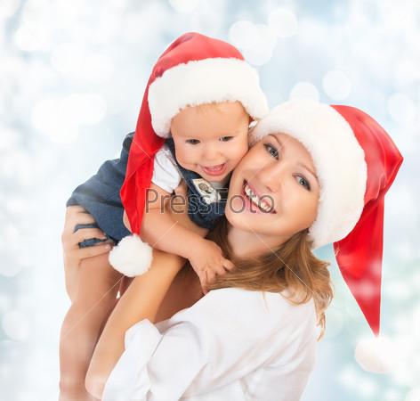 Счастливые мать и ребенок в рождественских шапках