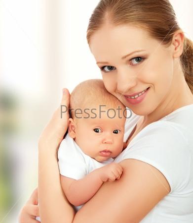 Новорожденный ребенок на руках матери