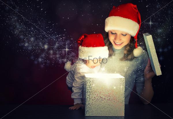 Фотография на тему Рождественский волшебный подарок и счастливые мать и ребенок