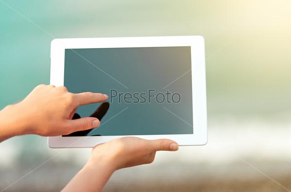 Планшет с пустым экраном в руках