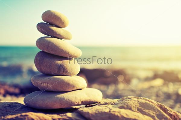 Фотография на тему Концепция равновесия и гармонии. Камни на побережье моря