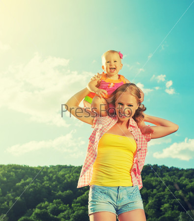 Счастливая семья. Мать и дочь на природе