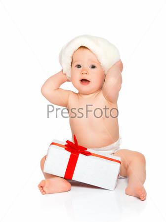 Фотография на тему Счастливый малыш в рождественской шапке с подарком, изолированный