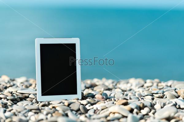 Фотография на тему Интернет и коммуникации. Пустой планшетный компьютер на пляже