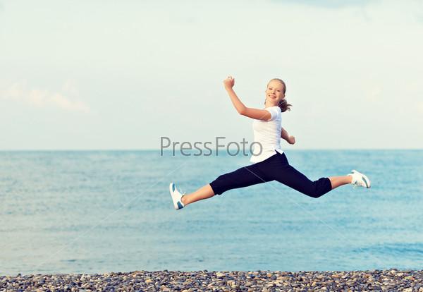 Фотография на тему Молодая женщина бежит по пляжу