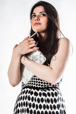 Молодая и красивая женщина с ноутбуком