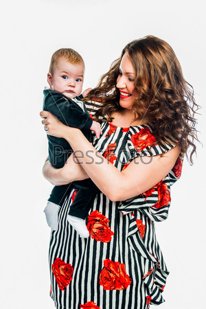 Молодая красивая мама и очаровательный младенец