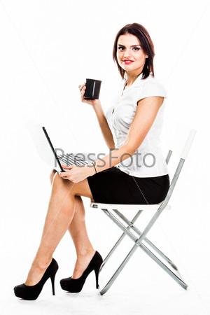 Фотография на тему Молодая и красивая женщин с ноутбуком