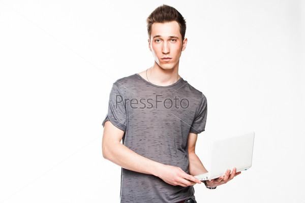 Фотография на тему Молодой и симпатичный мужчина с белым ноутбуком