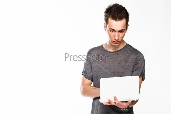 Молодой и симпатичный мужчина с белым ноутбуком
