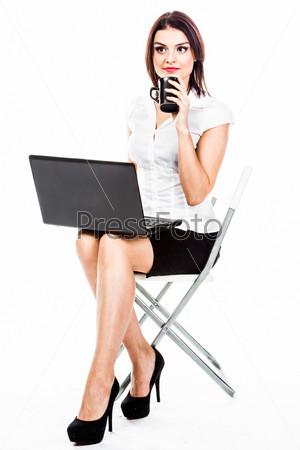 Молодая и красивая женщин с ноутбуком