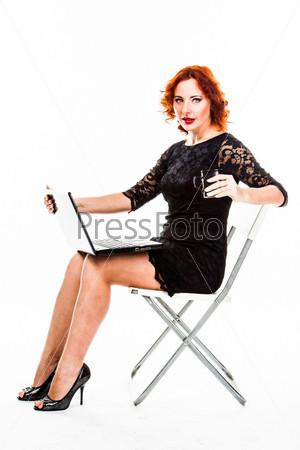 Фотография на тему Молодая и красивая женщина с ноутбуком