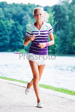 Фотография на тему Молодая и красивая женщина бегает в парке