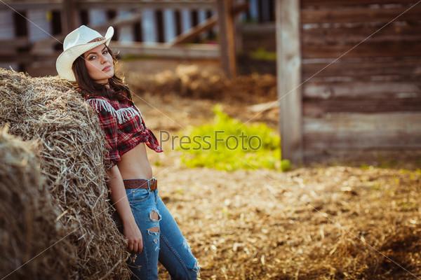 Модель позирует на ферме