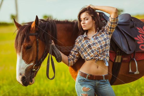 Женщина позирует с лошадью