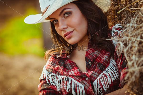 Фотография на тему Модель позирует на ферме