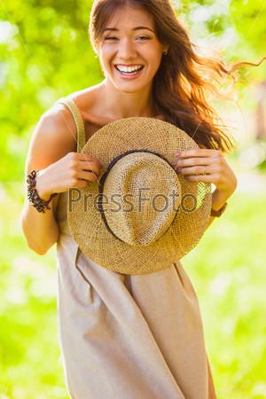 Счастливая девушка в летнем парке