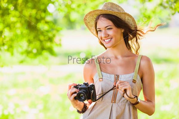 Фотография на тему Счастливая девушка с фотоаппаратом на природе