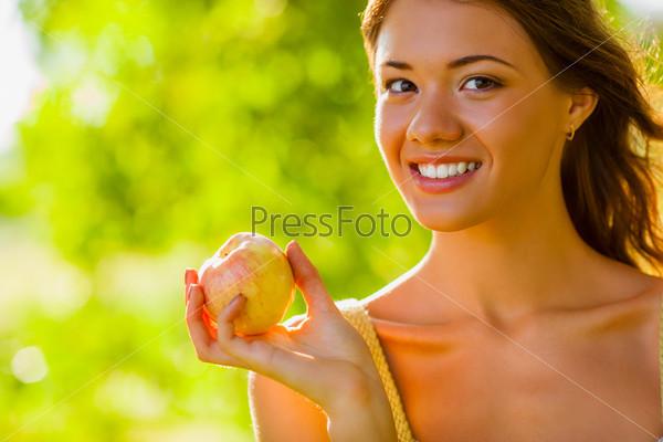 Фотография на тему Портрет девушки с яблоком