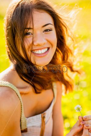 Портрет счастливой девушки на улице крупным планом