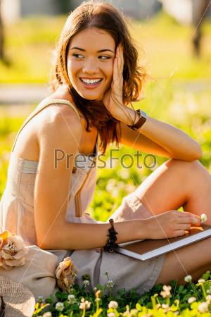 Фотография на тему Портрет счастливой девушки на улице
