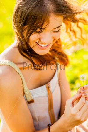 Портрет счастливой девушки на улице