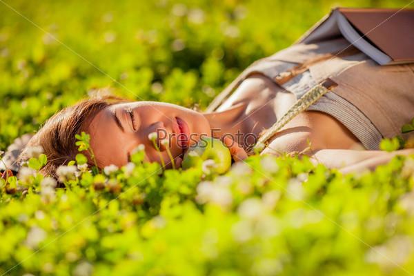 Женщина лежит на траве