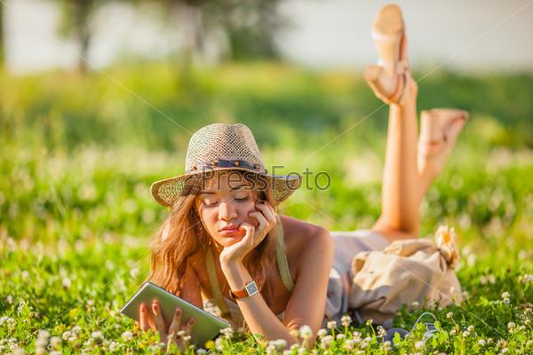 Фотография на тему Женщина лежит на траве