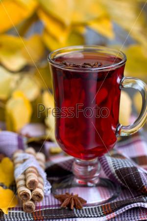 Красный чай и осенние листья