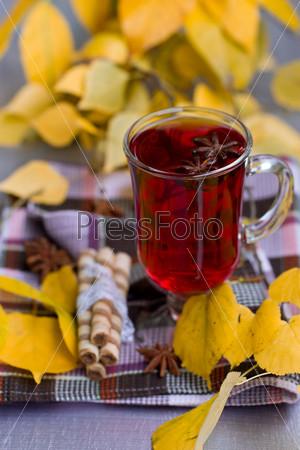 Фотография на тему Красный чай и осенние листья