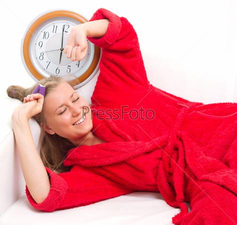 Сонная женщина с часами