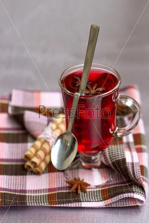 Красный чай и вафельные трубочки
